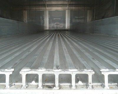 冷凍櫃冷藏櫃-T型地板條內部實圖--可以看出冷凍櫃內沒有貨櫃環,無法使用一般常見的貨物綑綁帶