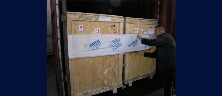 黏貼式貨櫃捆綁帶TY-GARD大型木箱綑綁示意圖--黏貼在貨櫃口最外側木箱上,人員操作簡易快速