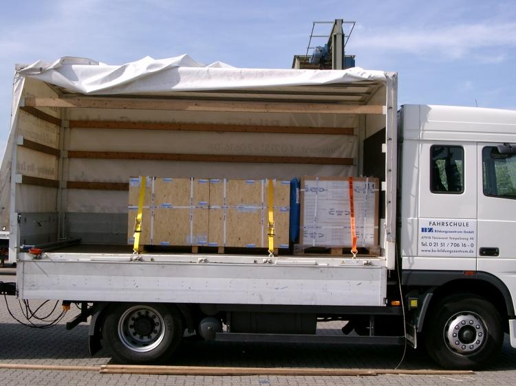 貨車/貨物綑綁帶使用圖示--先將綑綁帶前端掛勾固定在貨車旁吊環,環繞貨物,再使用手拉器將貨物拉緊固定