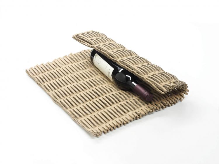 落地型工業用蜂巢紙墊機使用圖--包裝紅酒,提供保護瓶身避免碰碎,增加商品價值
